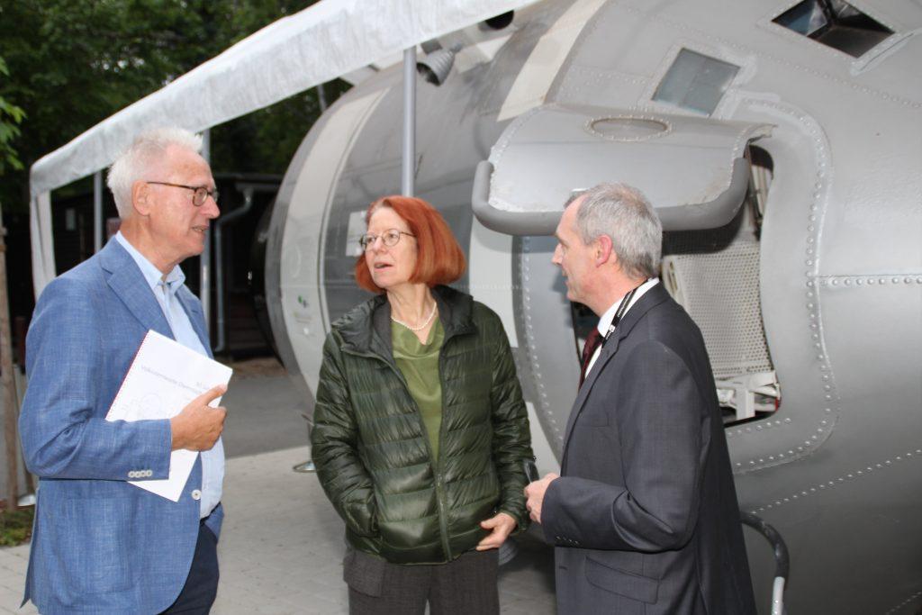 vlnr: Prof. K. Langanke, Frau I. Behr und B. Schlesier