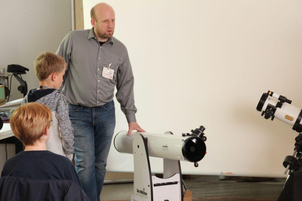 A. Golitschek mit dem ge- spendeten Dobson-Teleskop