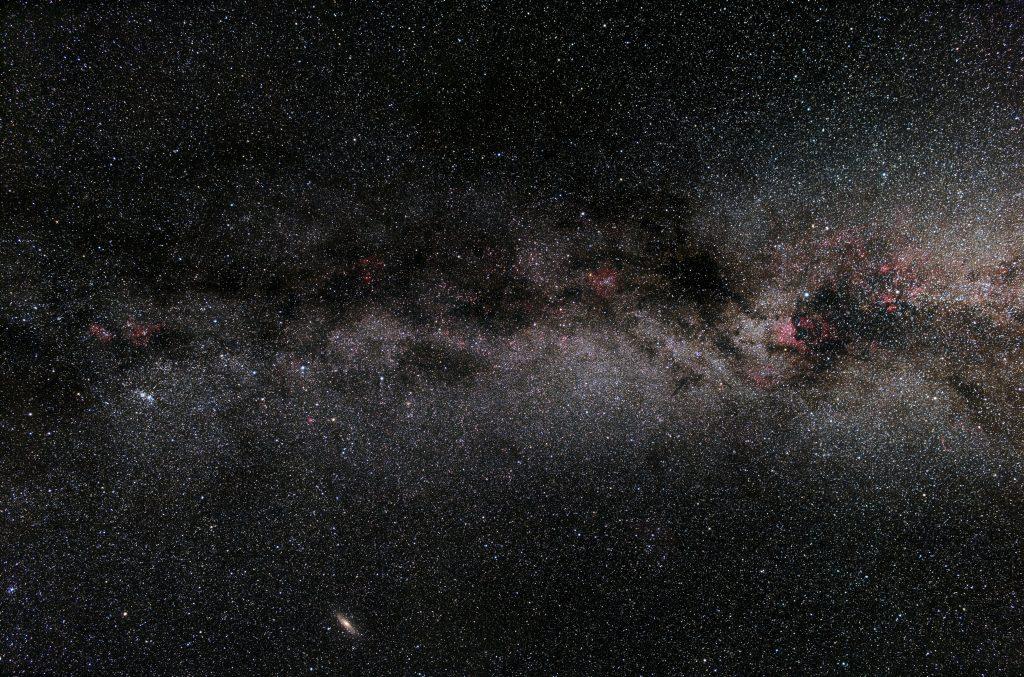 Die Milchstraße vom Perseus über Kassiopeia, Kepheus/Eidechse bis zum Schwan. Aufgenommen von Christian Roßberg am 1.9.2019 auf der Hohen Geba (Rhön).  Canon EOS 6Da, 24mm f2,8, 200 x 30 Sekunden = 100 Minuten. Bearbeitung: Pixinsight und RawTherapee.